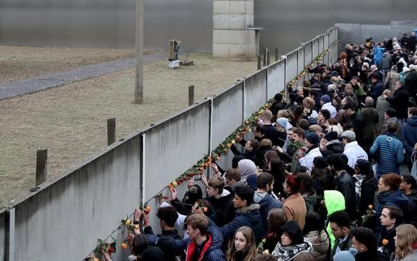 Berlino, 30 anni fa la caduta del Muro: il racconto della festa e delle celebrazioni