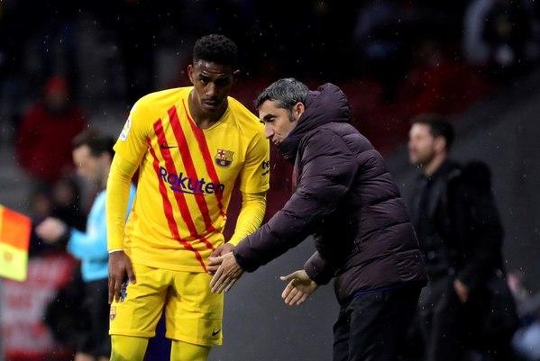 Junior, muy apagado en este primer tiempo, recibe instrucciones de Valverde en la banda FOTO: EFE