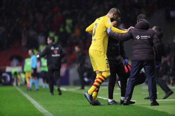 Piqué, en el momento de marcharse lesionado del Wanda Metropolitano FOTO: EFE
