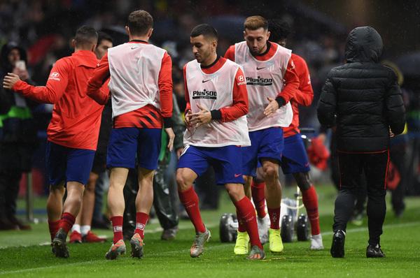 Los jugadores del Atlético en el calentamiento previo al choque ante el Barça FOTO: EFE