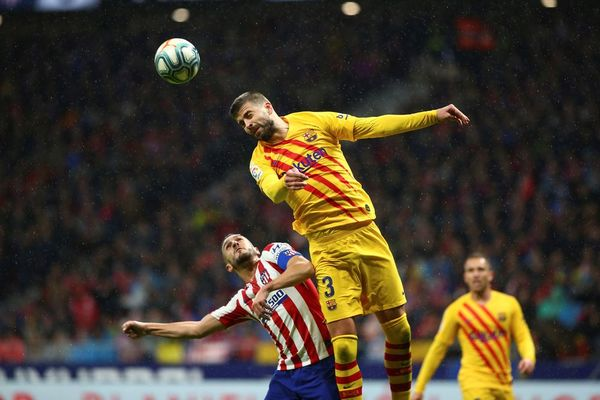 Piqué también remató al larguero de la portería del Atlético tras un cabezazo FOTO: EFE