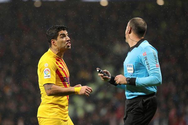 Suárez discute con Mateu Lahoz, árbitro del choque de hoy en el Wanda Metropolitano FOTO: EFE