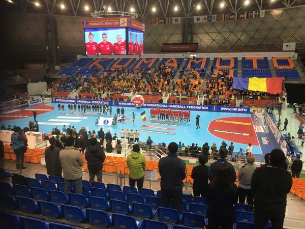 Den här arenabilden har ni sett förr. Lika tomt på läktarna som vanligt. Men idag en stor rumänsk flagga. Och trummor. Bra tryck!