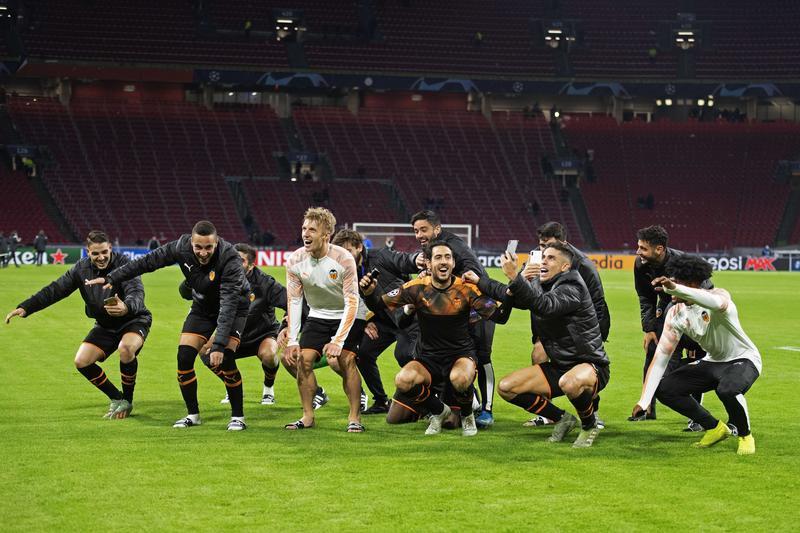 El conjunto valencianista celebrando el pase a los octavos de final de la Champions League