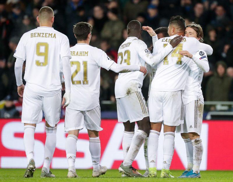 Los futbolistas blancos celebran uno de los goles conseguidos en el estadio Jan Breydel de Brujas