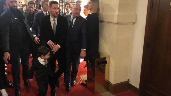 Messi, sonriente a su llegada a la Gala con su hijo Mateo de la mano FOTO: FERRAN MARTINEZ