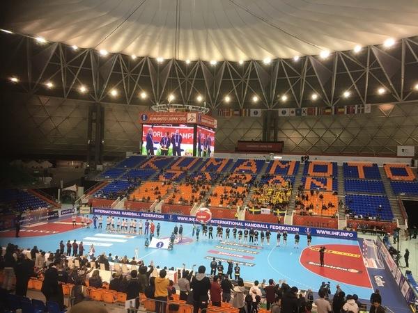 Hej från Japan också! Så här ser det ut i arenan fem munter före avkast. Inte mycket folk på läktarna! De flesta gick när Japan spelat klart här för en knapp timme sen.