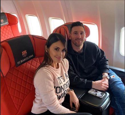 Leo Messi y Antonela, en el avión rumbo a la Gala