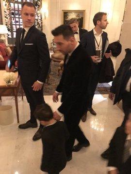 Messi, con uno de sus hijos, y Ter Stegen, camino de la Gala FOTO: @FlorentTorchut