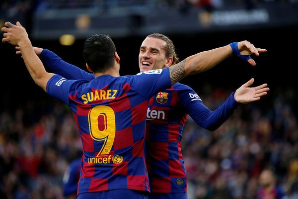 Griezmann recibe la felicitación de Suárez después de anotar el 1-0 FOTO: PEP MORATA