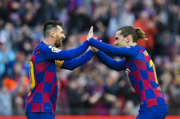 Messi felicita a Griezmann por su gol FOTO: PERE PUNTÍ