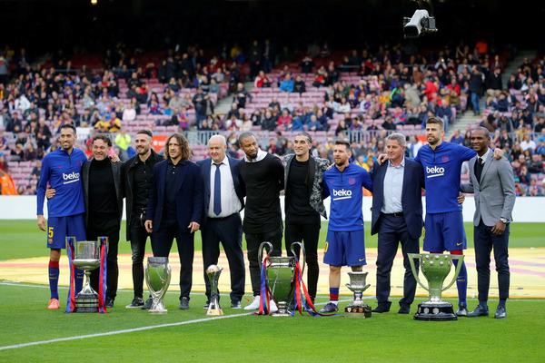 Algunos de los representantes del Barça que ganó el sextete en 2009 han recibido un homenaje antes del choque ante el Alavés FOTO: PEP MORATA