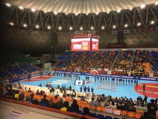 Inte speciellt mycket folk i hallen - som vanligt! Alla matcher i VM går ju här i Kumamoto så invånarna har mycket handboll att välja på!