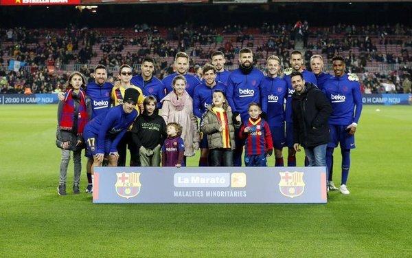 La imagen de los jugadores del Barça con los niños con enfermedades raras para la Marató de TV3