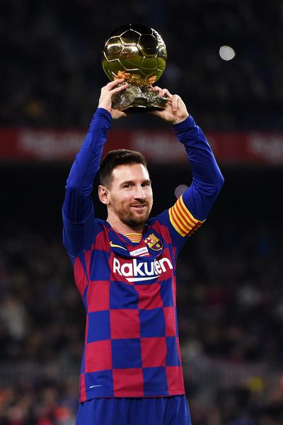 Messi ofrece el Balón de Oro a la afición. Luego ha logrado el 2-0... FOTO: Getty