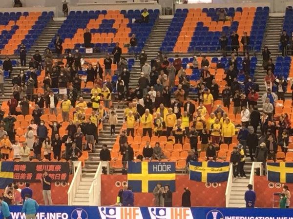 Den svenska lilla trogna klacken på plats!
