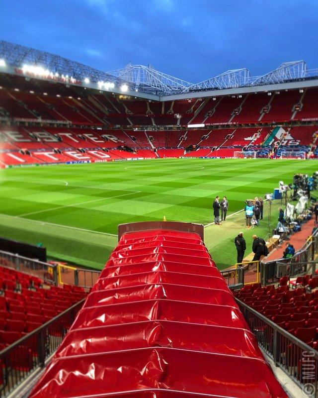 Así luce el teatro de los sueños a escasos minutos para conocer los onces iniciales de Manchester United y PSG.