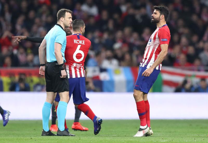 Diego Costa ya se las ha tenido con el árbitro