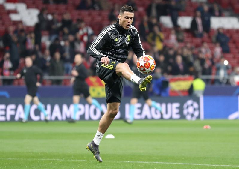Cristiano Ronaldo, calentando en el césped del Wanda Metropolitano