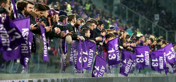 """Queste solo alcune delle tantissime bandiere """"Astori 13"""" che hanno aperto la sfida tra Fiorentina e Atalanta"""