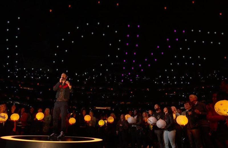 Livne, con un mosaico en la grada de luces que forma la palabra 'Love'
