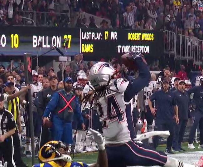 Gilmore, interceptando, una de las jugadas del partido