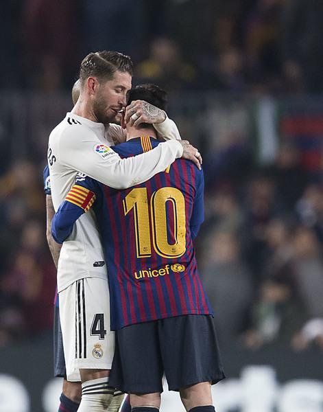 Sergio Ramos abraza a Leo Messi al final del partido FOTO: PERE PUNTÍ