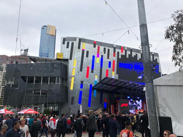 La F1 riparte da qui. Melbourne. Grande l'attesa per i piloti in Federation Square, il cuore della città..