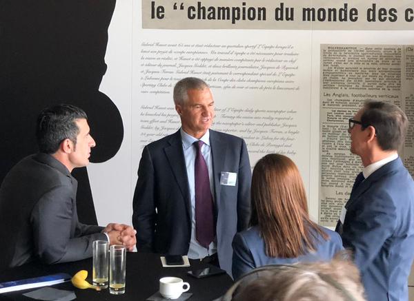 Figo, conversando con Javier Bordas, directivo de fútbol del Barcelona. Foto: Sergi Solé
