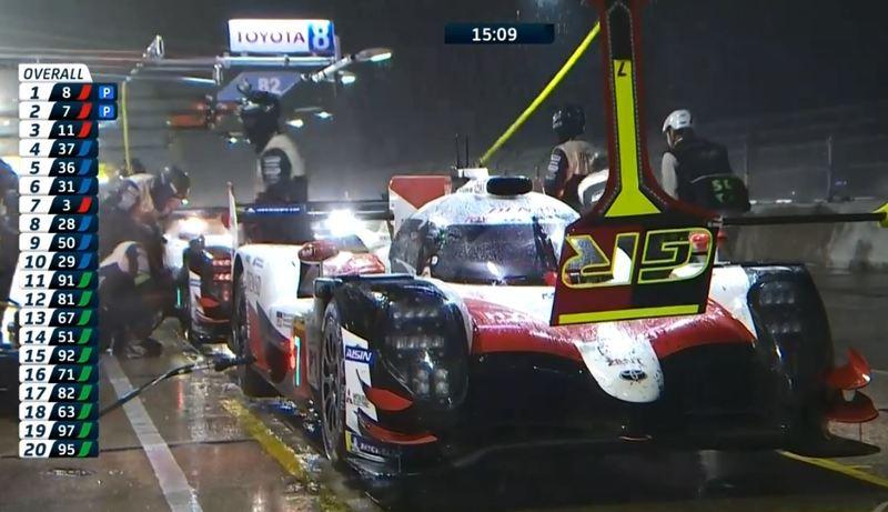 Los dos Toyota vuelven a entrar