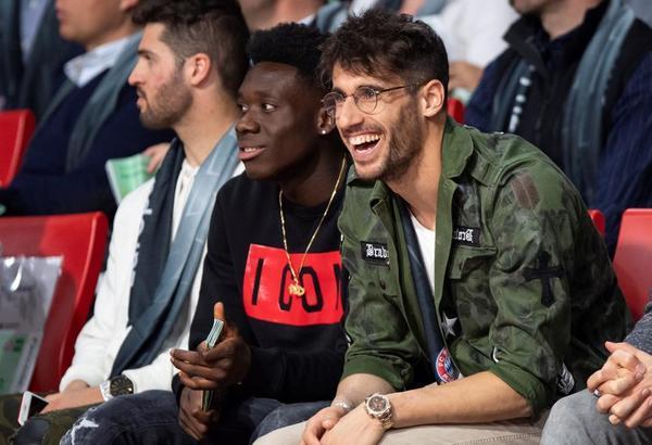 Alphonso Davies y Javi Martínez, futbolistas del Bayern, están presenciando el partido