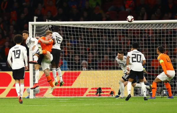 Il colpo di testa di De Ligt che ha riaperto la partita (foto Getty)