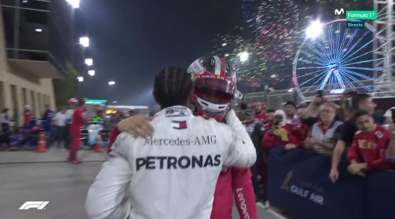 Hamilton felicita a Leclerc en el parque cerrado.