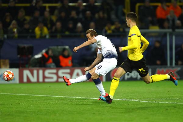 Il gol di Kane, che davanti al portiere carica...