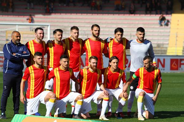 Questa è la maglia con cui il Lecce è in campo nel derby. Un omaggio al prossimo 111° compleanno del club. La divisa riprende quella della stagione 75-76, dove la squadra vinse campionato di Serie C, Coppa Italia Serie C e Coppa Anglo-Italiana.