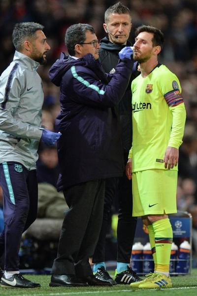 Leo Messi ha tenido que ser atendido por el Doctor Pruna tras una aparatosa herida sufrida en la primera parte FOTO: EFE