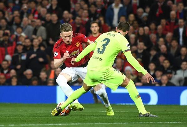 Gerard Piqué intentando frenar al jugador del United Scott McTominay FOTO: