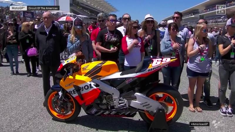 Familia y moto de Nicky Hayden escuchando el himno de los Estados Unidos.