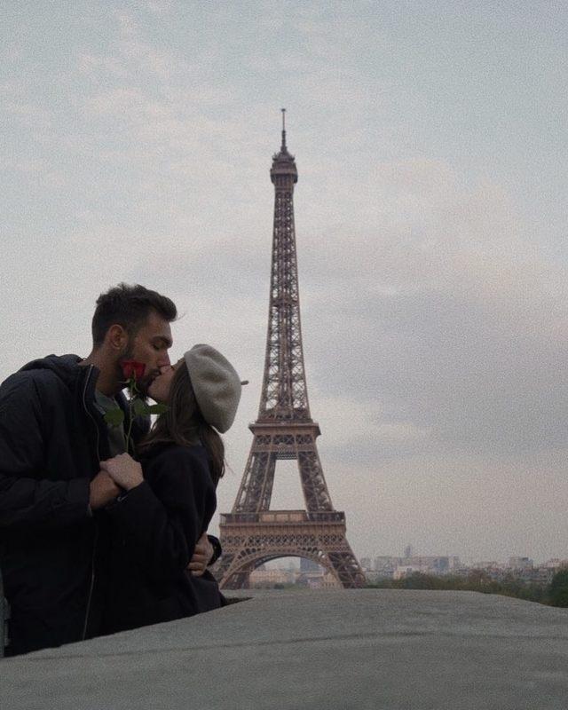 Borja Iglesias junto a su novia en París