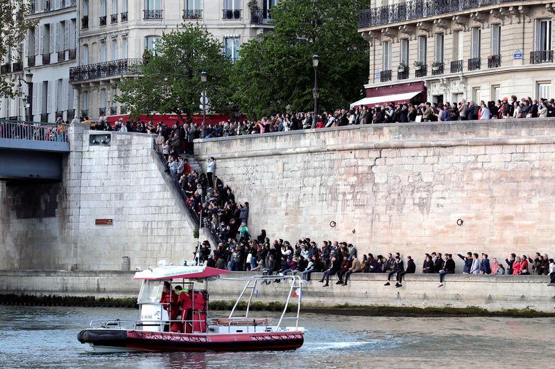 Muchas personas se han acercado a Notre Dame esta tarde