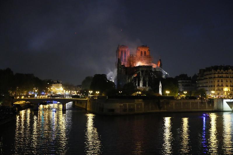 Cae la noche en París: Los bomberos continúan con las labores de extinción