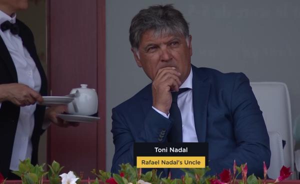 Toni Nadal, hoy invitado VIP en la zona noble del torneo. Disfrutando el tenis desde otro punto de vista.
