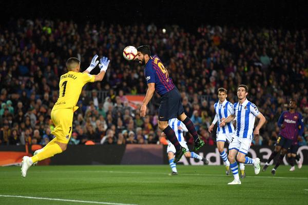 Buena salida de Rulli cuando Suárez iba a rematar de cabeza FOTO: GETTY