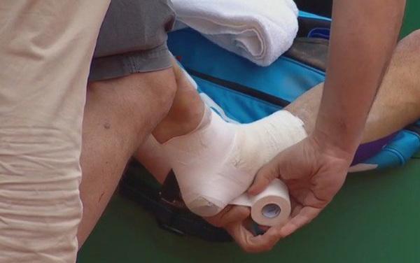 La caviglia fasciata di Fognini, che ha chiamato il fisioterapista dopo il 5° game del 2° set