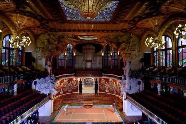Rafa Nadal y Kei Nishikori han jugado en una pista de mini tenis instalada en el escenario del Palau de la Música Catalana. FOTO: MANEL MONTILLA