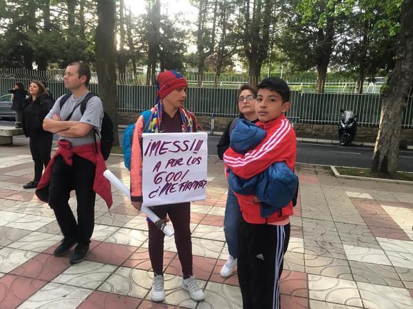 Algunos aficionados del Barça esperan a ver a sus ídolos de cerca. (Foto: Roger Torelló)