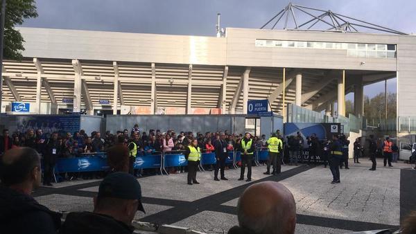 Nuestro compañero Roger Torelló, que está en Vitoria, nos acerca el ambiente de los aledaños a la espera que llegue el Barça.