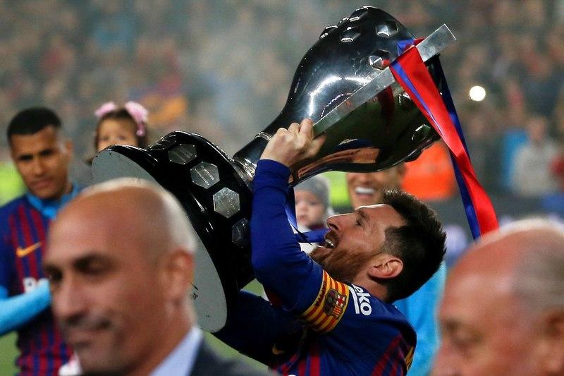 Así ha levantado Leo Messi la copa de campeones