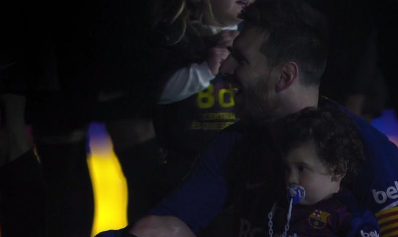 Leo Messi acompañado del pequeño Ciro contemplando los fuegos artificiales