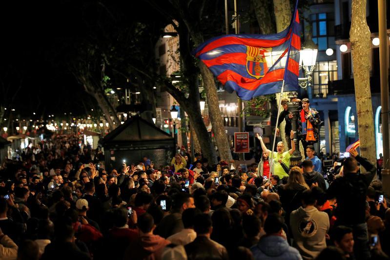 Canaletas se ha llenado de culés que quieren celebrar hoy mismo el título de Liga